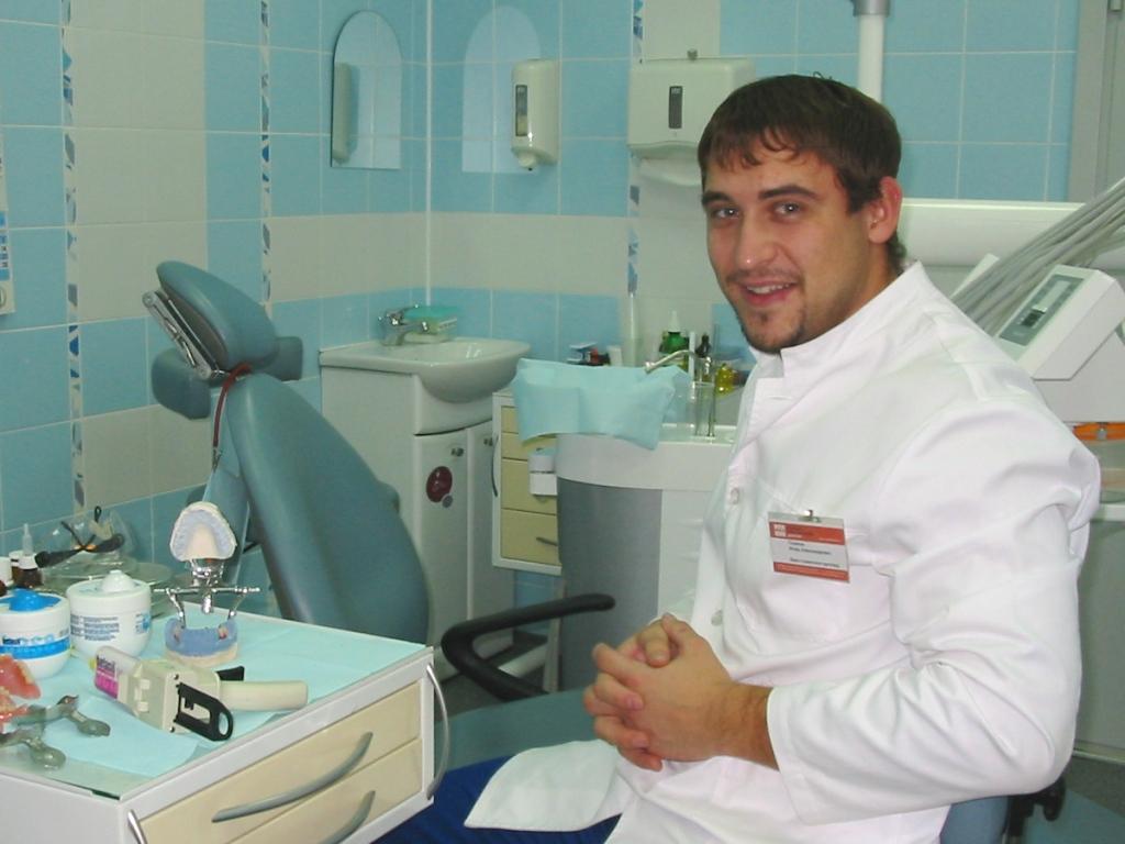 Врач который ставит коронки на зубы как называется